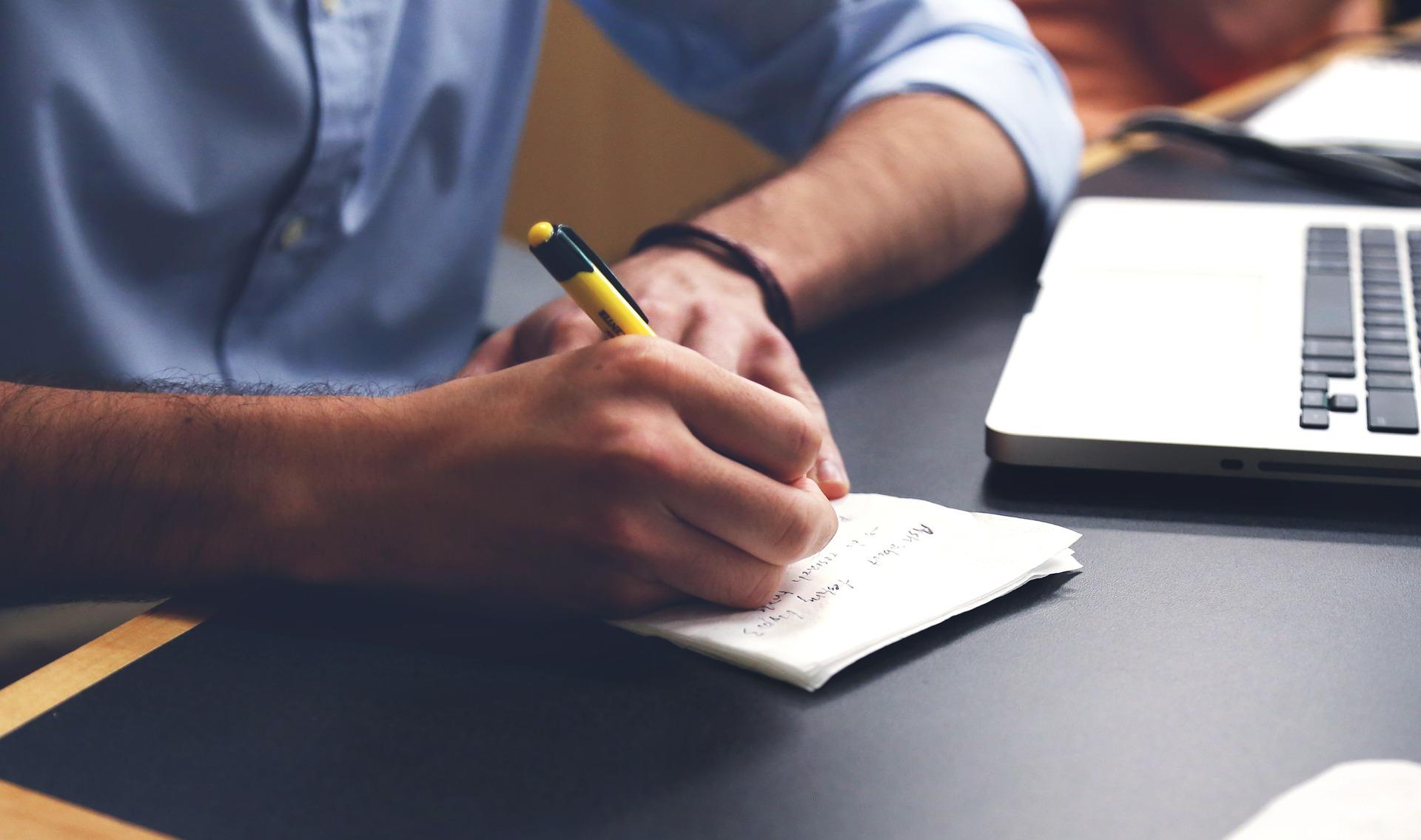 Nie wiesz jak sporządzić pismo reklamacyjne lub inne pismo związane z zakupami internetowymi? Koniecznie przeczytaj ten tekst!